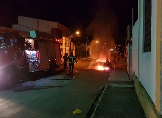 Corpo de Bombeiros combate incêndio veicular em Macaíba