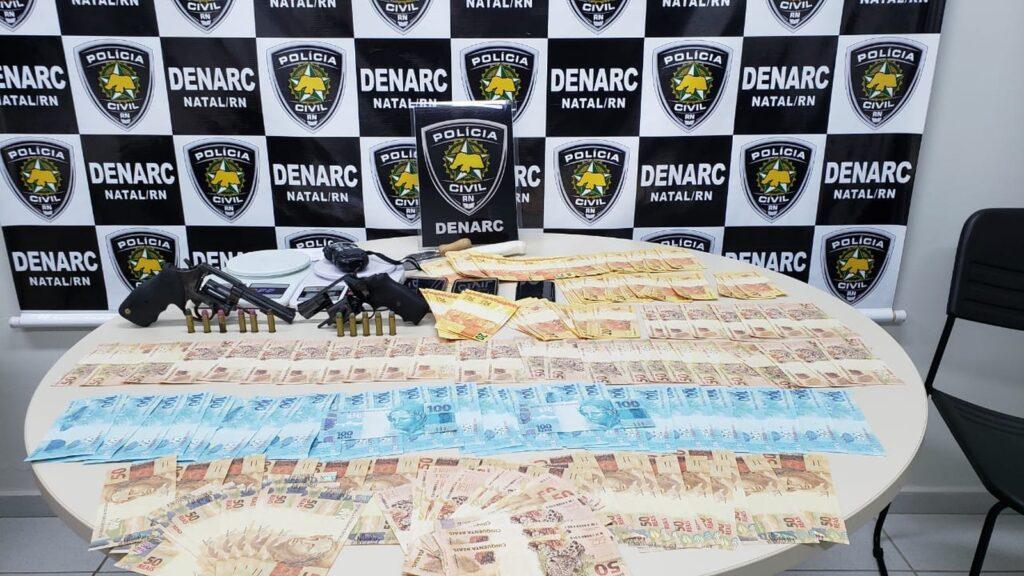 Dupla é presa com R$ 10 mil em notas falsas na Praia do Meio
