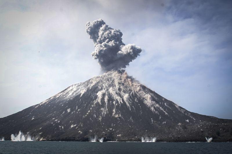 [VÍDEO] Lendário vulcão Krakatoa entra em erupção na Indonésia