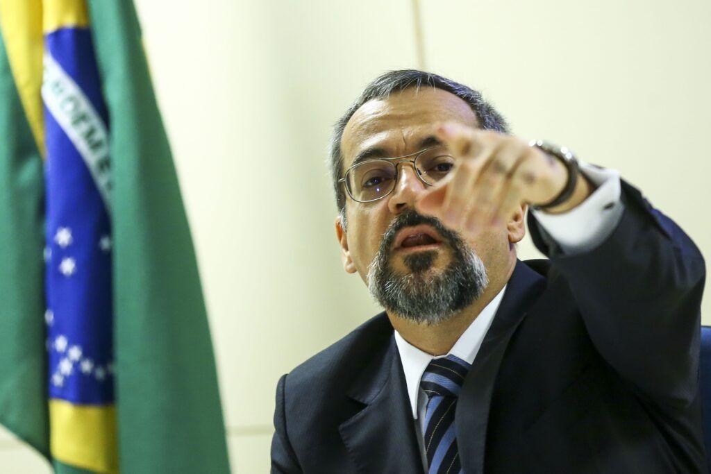 Ministro Weintraub diz que universidades que mantêm atividades em pandemia serão premiadas