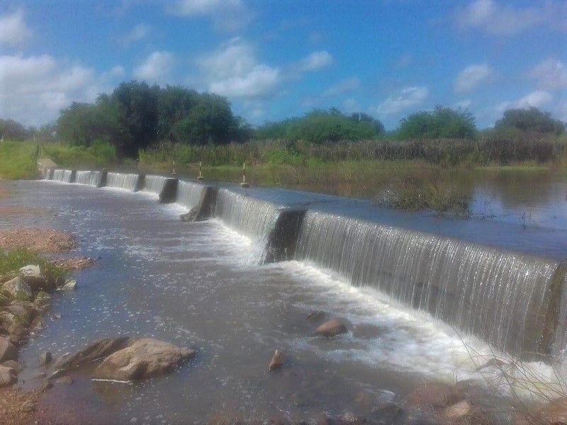 Açude transborda em Paraú e agricultores comemoram armazenamento de água