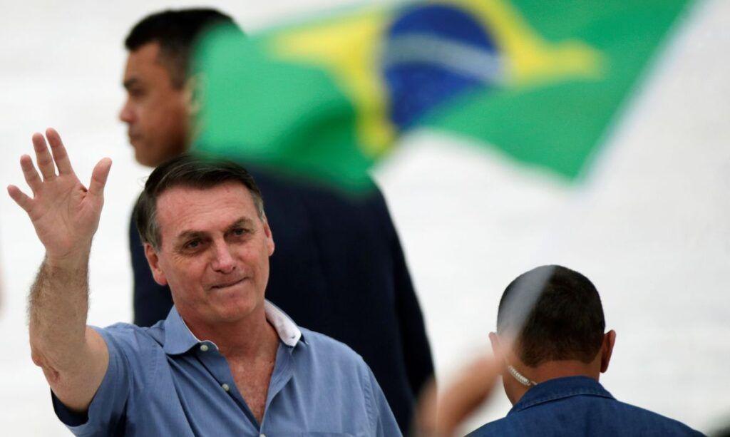 Após recorde de mortes por Covid-19, Bolsonaro ironiza: 'Quem é de direita toma cloroquina, quem é esquerda, tubaína'
