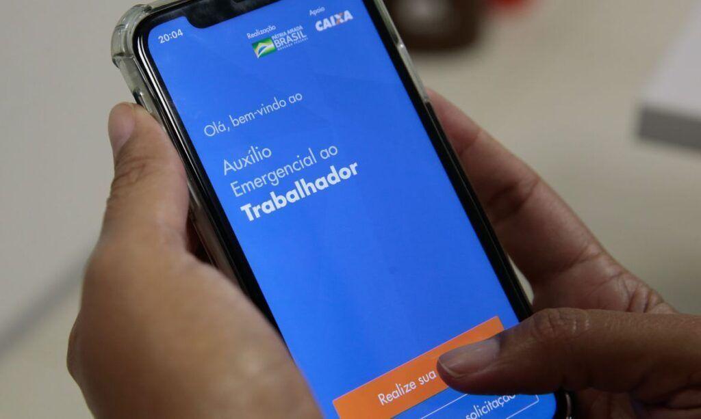 Bolsonaro veta ampliação de auxílio emergencial a categorias como motoristas de aplicativos e diaristas