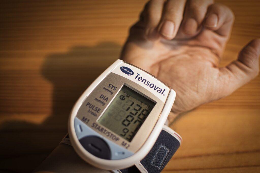 Fator de risco para Covid-19, hipertensão é mais comum entre mulheres