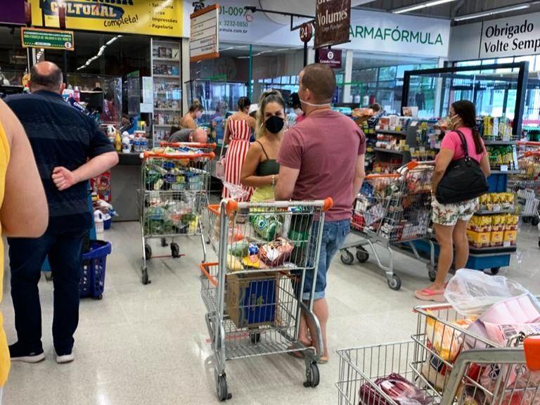 Governo do RN autua supermercados por permitirem mais de uma pessoa por família