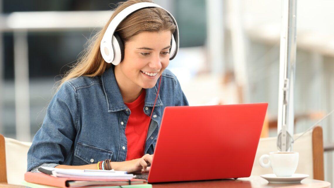 Assistir filmes pode deixar o estudo em casa mais atrativo