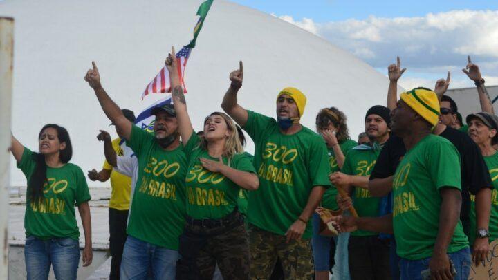 """Grupo """"300 do Brasil"""" tenta invadir áreas internas do Senado"""