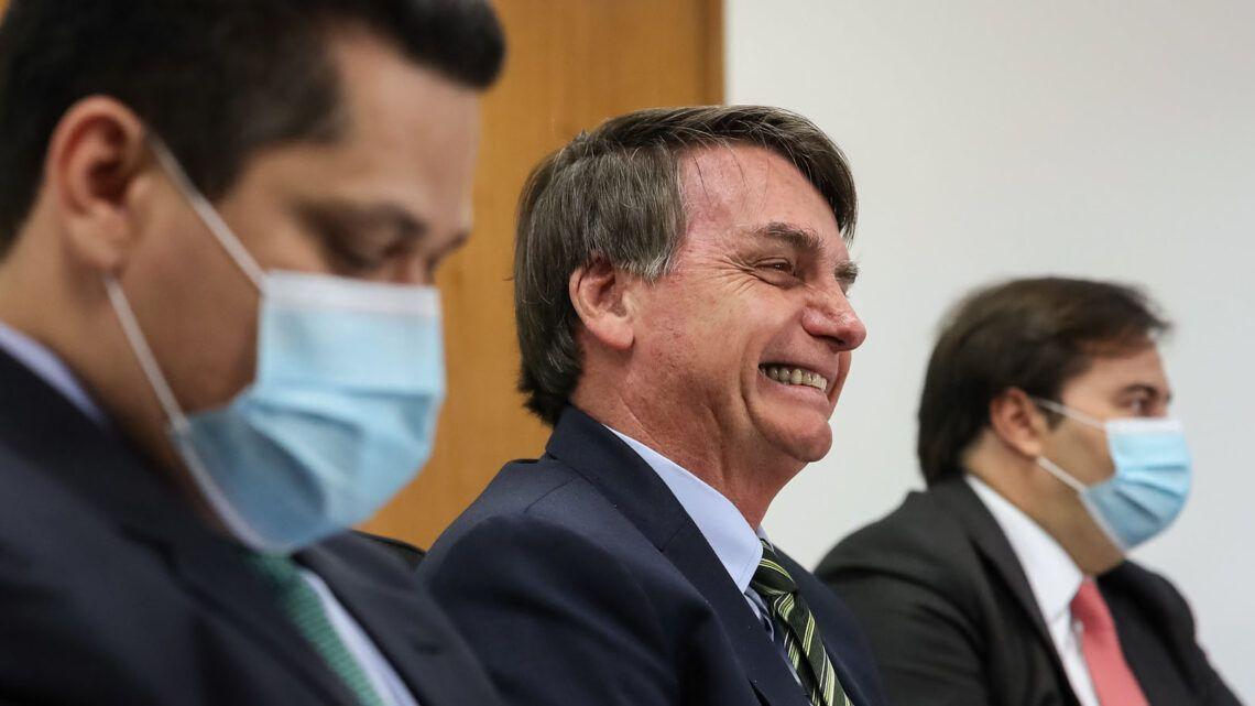 Bolsonaro veta obrigatoriedade de uso de máscaras em locais fechados
