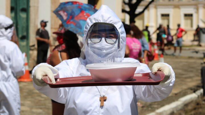 """Campanha """"Shalom Amigo dos Pobres"""" distribui refeições diárias em praça de Natal"""