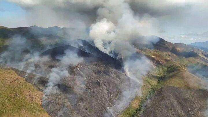 Para receber seguro, homem ateia fogo em carro e ameaça reserva biológica no Rio