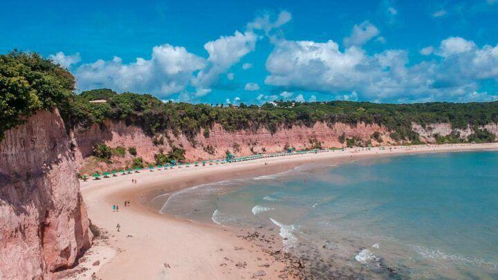 Baía dos Golfinhos é considerada uma das 10 melhores praias da América do Sul