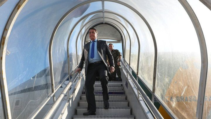 Bolsonaro diz que jornalista 'bundão' tem mais chance de morrer de Covid
