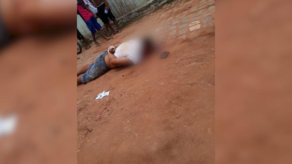 Homem é espancado por populares após roubar celular em Felipe Camarão