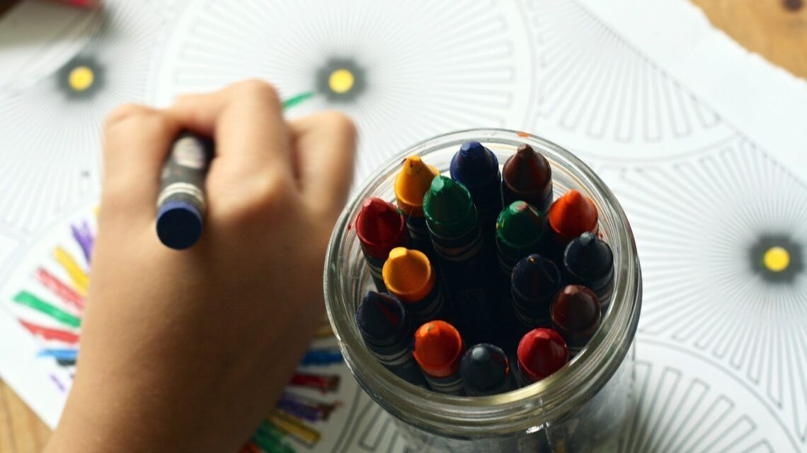 Crianças podem apresentar estresse com quebra da rotina escolar, avalia educadora