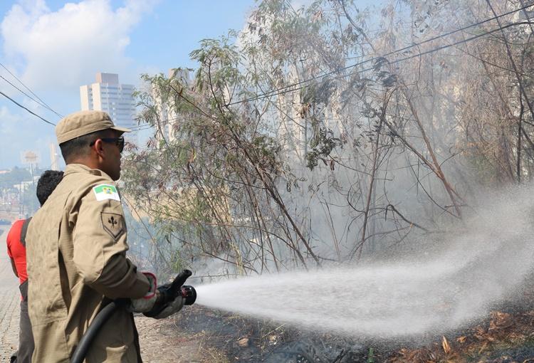 Bombeiros controlam incêndio florestal na Zona Sul de Natal
