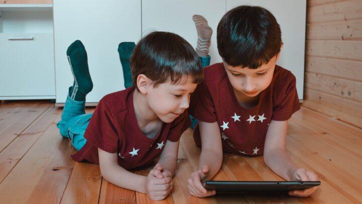 Como o uso da internet pode impactar crianças durante a infância