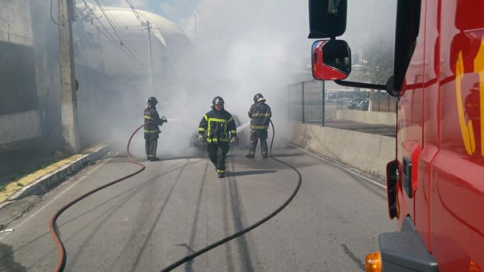 Incêndio destrói carro em avenida da Zona Sul de Natal