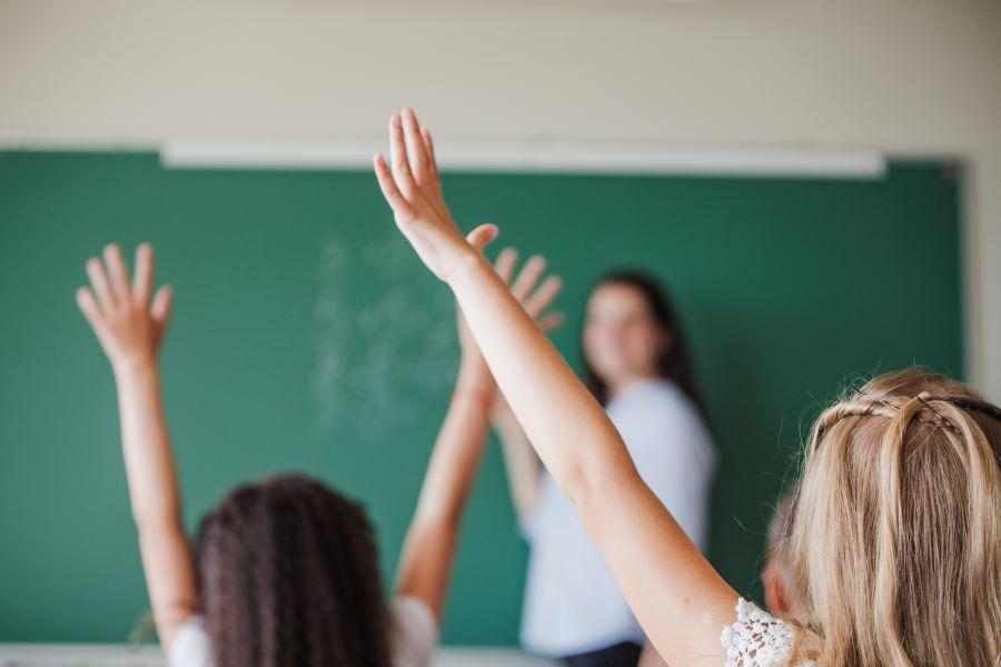 Pesquisa internacional aponta que professores no Brasil são mal pagos e desrespeitados