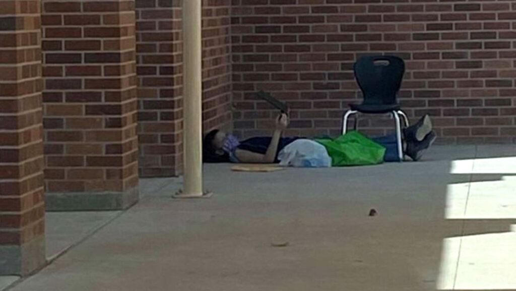 Sem dinheiro para pagar internet, criança é flagrada deitada no chão da escola para usar Wi-Fi