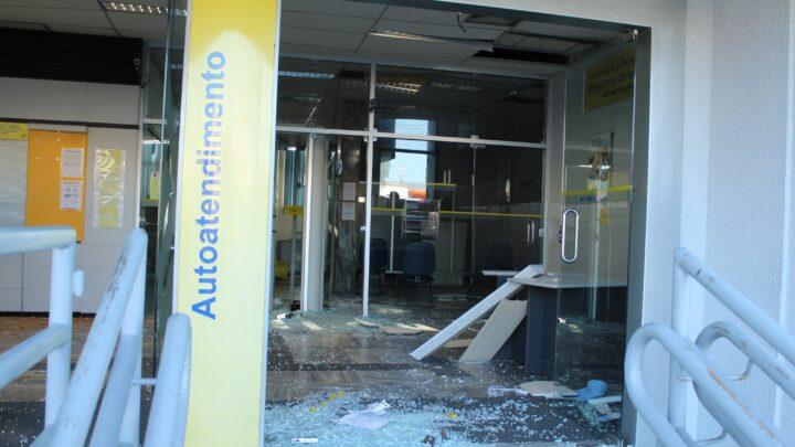Criminosos fortemente armados atacam bancos e trocam tiros com a PM em São Paulo do Potengi
