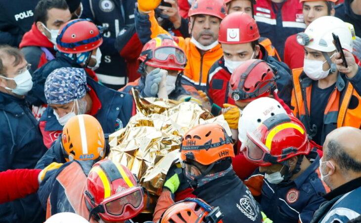 Criança é resgatada na Turquia após passar 65 horas soterrada