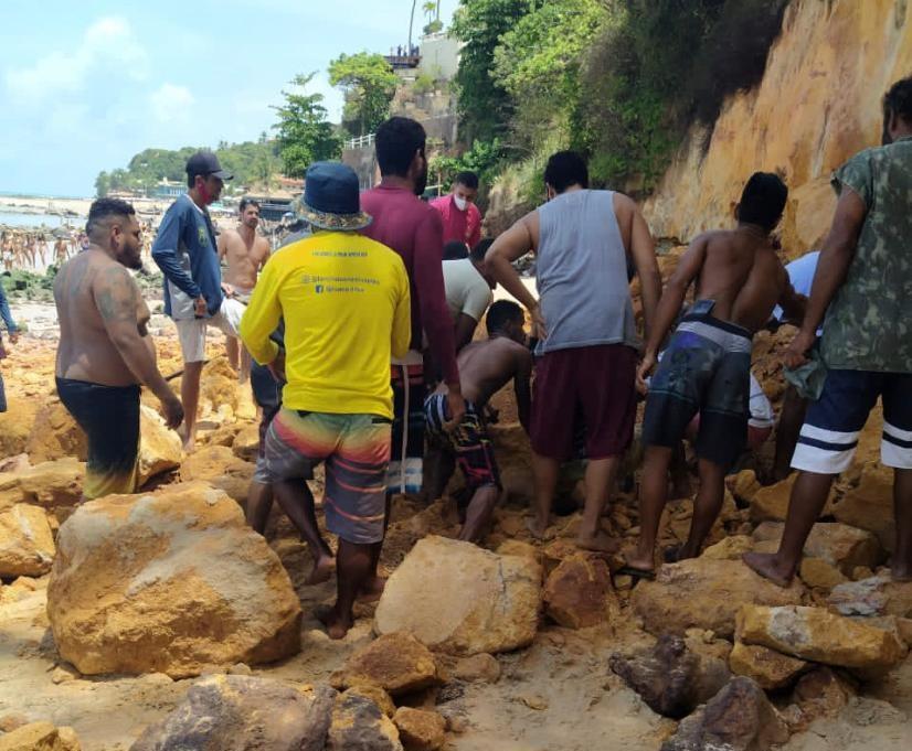 Parte de falésia desaba sobre pessoas em Pipa