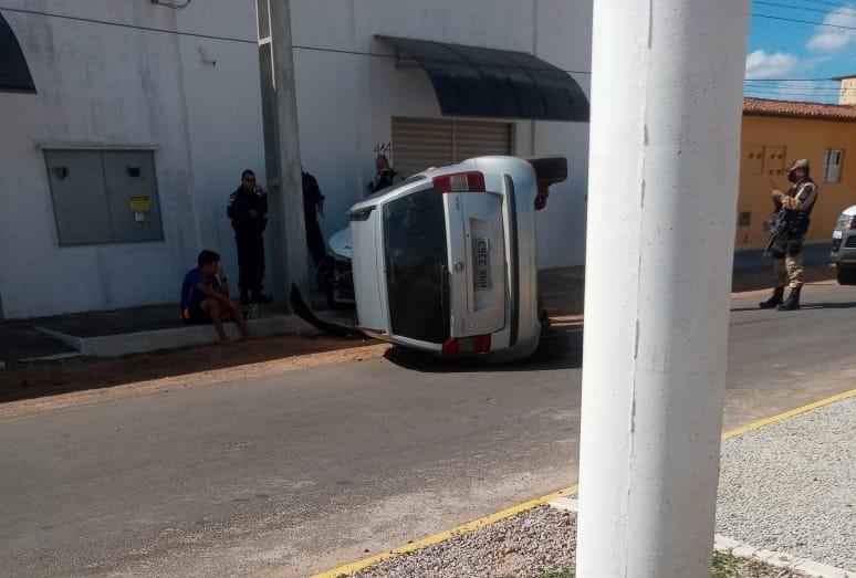 Adolescente perde controle do carro e bate em viatura da PM-RN