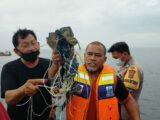 Detritos de avião da Indonésia e restos humanos são encontrados em Jacarta