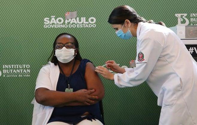 Enfermeira é primeira vacinada contra Covid no Brasil