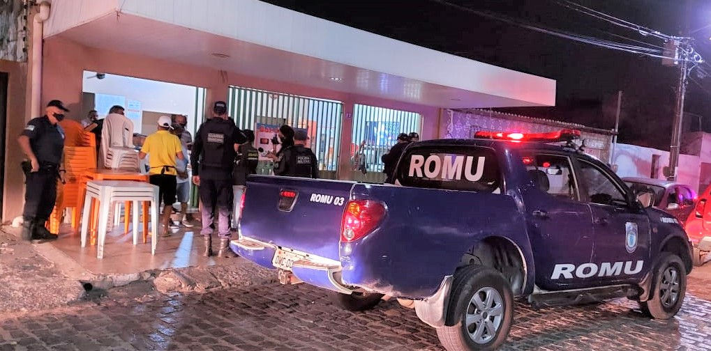 Aglomerados para assistir jogo do Flamengo, clientes apagam luz de bar e se escondem ao verem chegada da Guarda Municipal