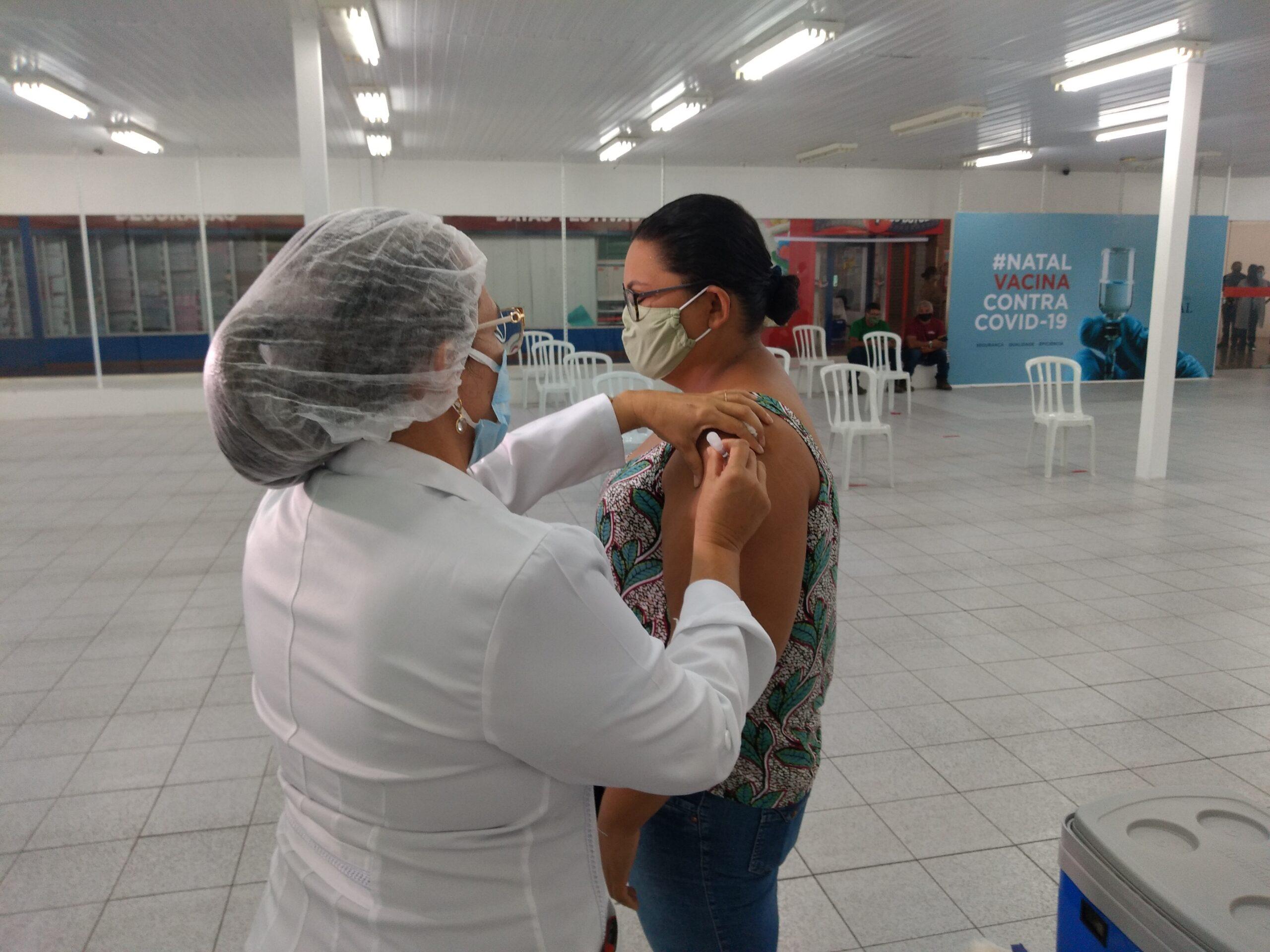 Natal inicia 2ª dose da Coronavac para mais de 13 mil profissionais de saúde