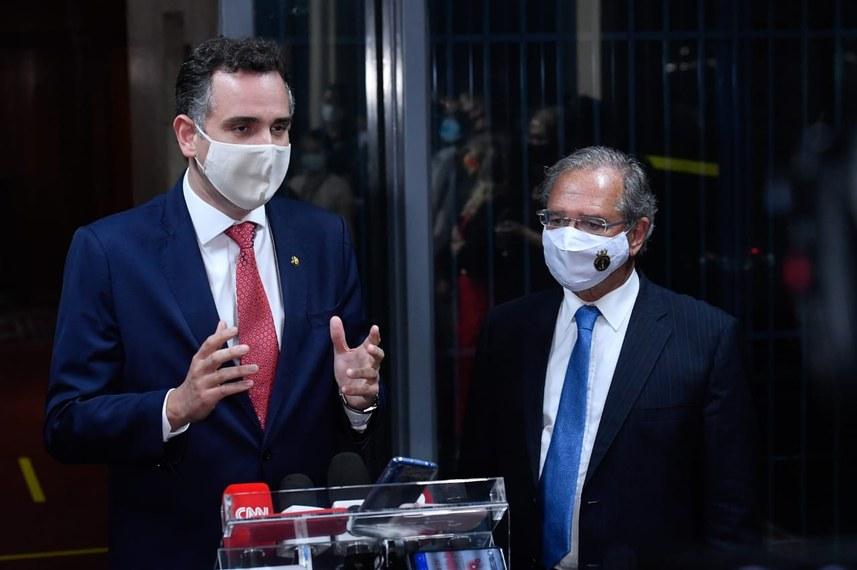 Pacheco e Guedes querem novo auxílio emergencial em troca de pauta fiscal