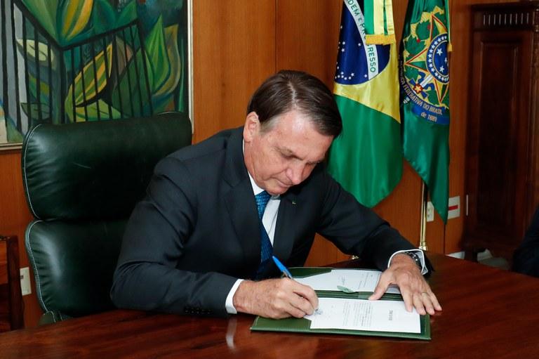 Bolsonaro regulamenta pagamentos do auxílio emergencial 2021