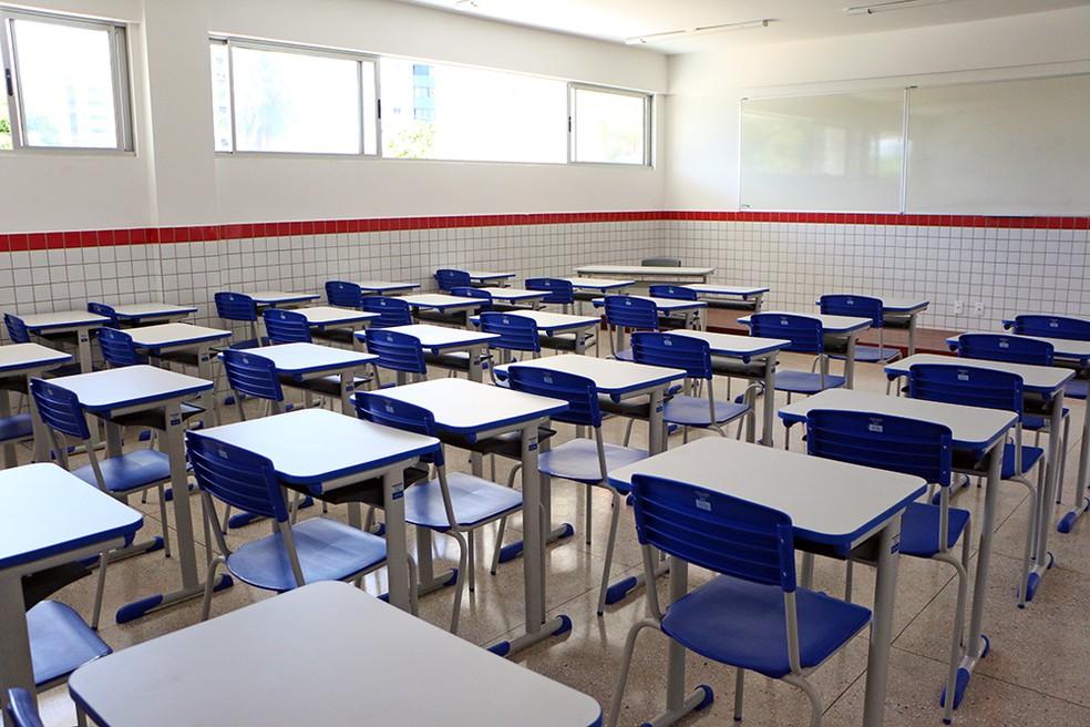 Álvaro Dias sanciona lei que inclui escolas entre serviços essenciais durante a pandemia