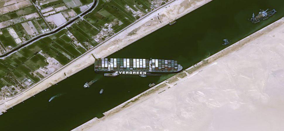 Navegação no Canal de Suez é retomada após desencalhe de navio