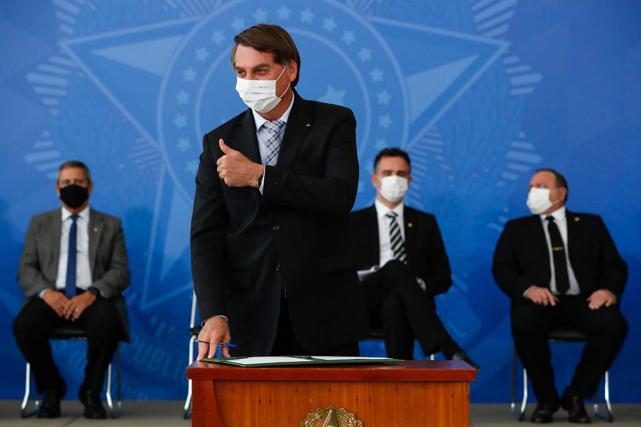 Bolsonaro firma lei sobre vacinas, mas defende remédio sem comprovação
