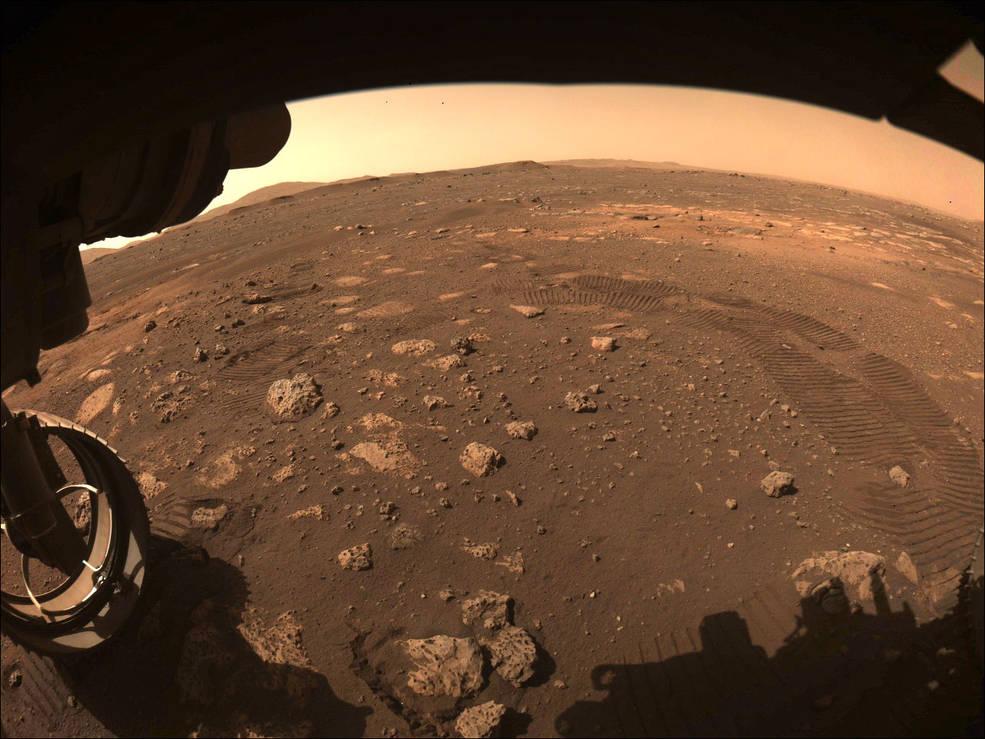 Nasa divulga fotos do primeiro passeio do Perseverance em Marte