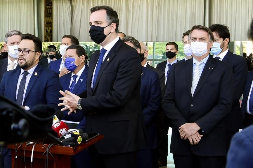 Em reunião com aliados, Bolsonaro cria comitê anti-Covid