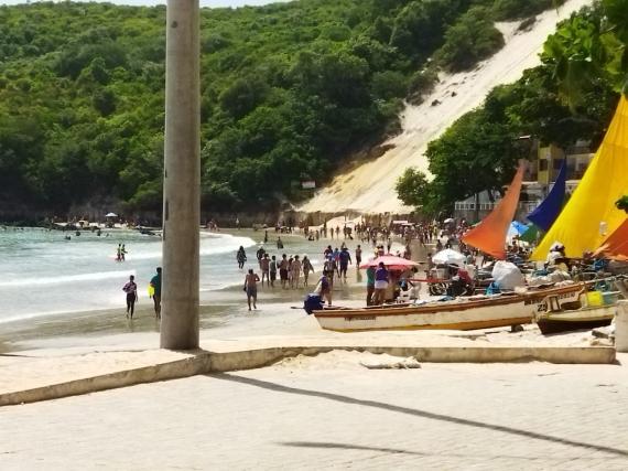 População desrespeita decretos e aglomera nas praias de Natal