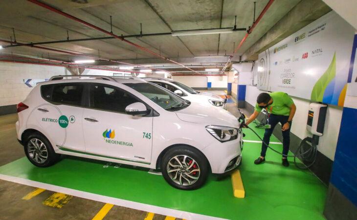 Cosern e Natal Shopping inauguram eletroposto para abastecimento de carro elétrico