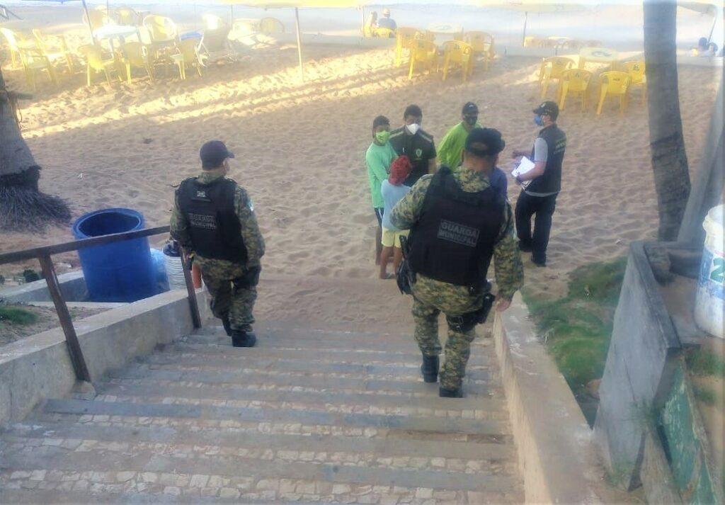 Guarda Municipal ocupa deck da praia de Ponta Negra para evitar aglomerações
